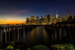 Parkerar den lägre Manhatten för New York horisontCityscape World Trade Center Freedom Tower från den Brooklyn bron pir Royaltyfri Foto