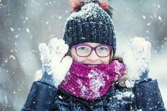 Parkerar den lyckliga flickan för skönhetvintern som blåser insnöad frostig vinter, eller utomhus Flicka och kallt väder för vint arkivfoto
