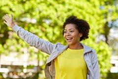 Parkerar den unga kvinnan för den lyckliga afrikanska amerikanen i sommar Royaltyfri Bild