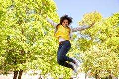 Parkerar den unga kvinnan för den lyckliga afrikanska amerikanen i sommar Arkivbild