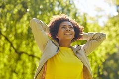 Parkerar den unga kvinnan för den lyckliga afrikanska amerikanen i sommar Arkivfoto