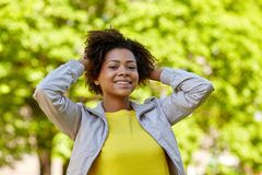 Parkerar den unga kvinnan för den lyckliga afrikanska amerikanen i sommar Fotografering för Bildbyråer