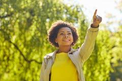 Parkerar den unga kvinnan för den lyckliga afrikanska amerikanen i sommar Royaltyfria Bilder