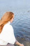 Parkerar den unga kvinnan för rödhåriga mannen som går i höst, nära vatten royaltyfri fotografi