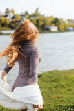 Parkerar den unga kvinnan för rödhåriga mannen som går i höst, nära vatten arkivfoto