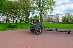 parkerar det avdelnings- vapnet D-44 för 85-mm på gränden av militär härlighet in av vinnare, Vitebsk, Vitryssland Royaltyfria Bilder