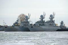 Parkerar det lilla anti--ubåt tre skeppet av den baltiska marinen på vintern den molniga Januari dagen Kronstadt Royaltyfria Bilder