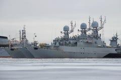 Parkerar det lilla anti--ubåt tre skeppet av den baltiska marinen på vintern, den molniga Januari dagen petersburg saint Arkivfoton