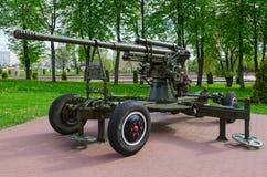parkerar det luftvärns- vapnet för 85-mm av modell 1939 på gränden av militär härlighet in av vinnare, Vitebsk, Vitryssland Royaltyfri Bild