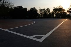 Parkerar det utomhus- futsal fältet för aftonen på allmänheten fotografering för bildbyråer