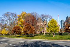 Parkerar färgrik vegetation för hösten av Queens med lagstiftande församling av Ontario på bakgrund - Toronto, Ontario, Kanada Royaltyfria Foton