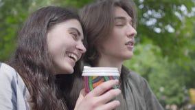 Parkerar förtjusande unga lyckliga par för stående i tillfällig kläder som spenderar tid tillsammans i och att ha ett datum Stude lager videofilmer