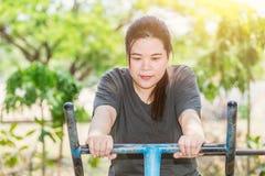 Parkerar feta asiatiska kvinnor för kondition utomhus i royaltyfria bilder