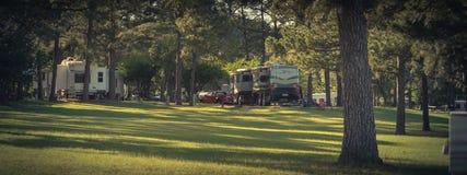 Parkerar fritids- medel RV f?r panoramautsikten och camparen n?ra Dallas, Texas arkivfoton