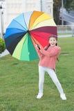 Parkerar gå för hår för flickabarn långt med paraplyet Optimistiskt stag som är positivt och Färgrik åtföljande positiv påverkan arkivbild