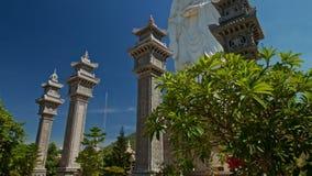 Parkerar höga kolonner för stor vit marmorBuddhastaty i tempel lager videofilmer