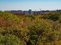 Parkerar modern byggande utkant för byggnader av stadsgrönområdet sömn för byggnader för tegelsten för kran för blått för himmel  arkivfoton