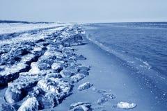 Segla utmed kusten naturligt landskap för resterande is Arkivfoto