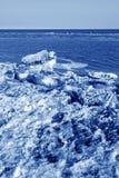 Segla utmed kusten naturligt landskap för resterande is Royaltyfria Bilder