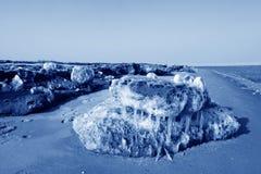 Segla utmed kusten naturligt landskap för resterande is Royaltyfri Bild