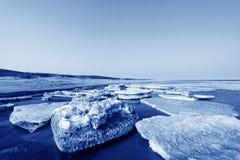 Segla utmed kusten naturligt landskap för resterande is Royaltyfria Foton