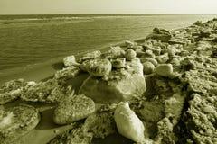 Segla utmed kusten naturligt landskap för resterande is Fotografering för Bildbyråer