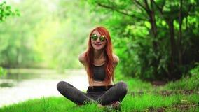 Parkerar praktiserande yoga för härlig spenslig kvinna in lager videofilmer