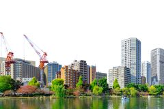 Parkerar stads- byggnad för stadstunnelbanan med gräsplan isolerat arkivfoto