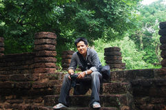 Parkerar thailändska män för stående på Kamphaeng historiska Phet Aranyik arkivfoton