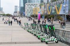 Parkeras elektriska sparkcyklar för limefrukt på la Défense i Paris, Frankrike arkivbild
