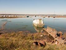 Parkerat fartyg i breda flodmynningen med trägångbanan till royaltyfri fotografi