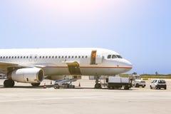 Parkerat flygplan som parkeras i de väntande på passagerarna för flygplats royaltyfria foton