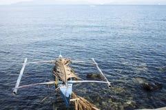 Parkerat litet fartyg på havskusten Royaltyfri Bild