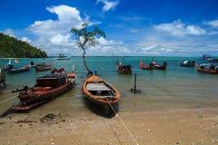 Parkerat Longtail fartyg fotografering för bildbyråer