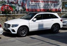 Parkerat på sidan av för Mercedes för stadsväg gruppen för glc bil arkivbild