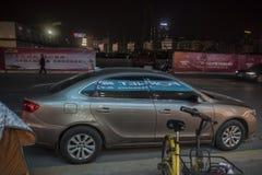 Parkerat på sidan av vägen på natten, annonserar det reflexion på kroppen royaltyfri foto
