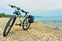 Parkerat på strandmountainbiket som väntar på fortsättningen royaltyfri fotografi