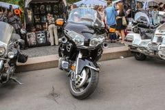 Parkerat på trottoarkantmotorcyklarna royaltyfri fotografi