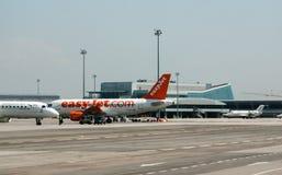 Parkerat passangerflygplan på flygplatslandningsbanan arkivbilder
