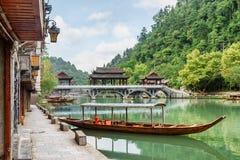 Parkerat träturist- fartyg på den Tuojiang floden, Fenghuang royaltyfri fotografi