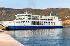 Parkerat trans.skepp i port av den Korfu ön arkivfoton