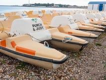parkerat upp små fartyg sätta på land gyckel för den dorset weymouthkusten arkivfoton