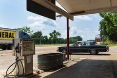 Parkerd do carro do vintage em um posto de gasolina velho ao longo da estrada 61 dos E.U., em Sibley, Mississippi Foto de Stock