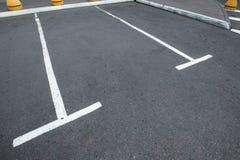Parkeren, die op de asfaltparkeerplaatsen merken Het concept een gebrek aan parkeren in megastadën, betaald parkeren De ruimte va stock afbeelding