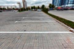 Parkeren, die op de asfaltparkeerplaatsen merken Het concept een gebrek aan parkeren in megastadën, betaald parkeren De ruimte va stock foto's