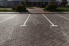 Parkeren, die op de asfaltparkeerplaatsen merken Het concept een gebrek aan parkeren in megastadën, betaald parkeren De ruimte va royalty-vrije stock foto