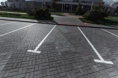 Parkeren, die op de asfaltparkeerplaatsen merken Het concept een gebrek aan parkeren in megastadën, betaald parkeren De ruimte va stock foto