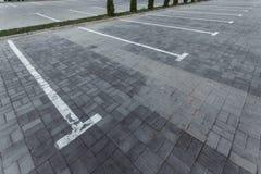 Parkeren, die op de asfaltparkeerplaatsen merken Het concept een gebrek aan parkeren in megastadën, betaald parkeren De ruimte va royalty-vrije stock afbeeldingen