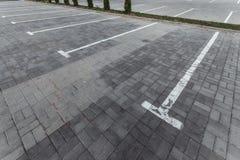 Parkeren, die op de asfaltparkeerplaatsen merken Het concept een gebrek aan parkeren in megastadën, betaald parkeren De ruimte va royalty-vrije stock fotografie