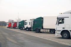 Parkeren door de weg Vrachtwagens in een lange rij worden geparkeerd die stock foto